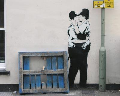 banksy policias besandose